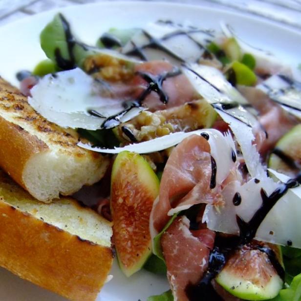 Prosciutto, figs, rocket, walnuts & balsamic creme